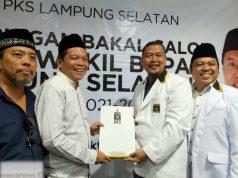 Hipni, salah satu bakal calon Bupati Lampung Selatan Pilkada 2020 usai melakukan sesi wawancara di kantor DPD PKS di Jalan Lintas Sumatera (Jalinsum) Kelurahan Wayurang, Kecamatan Kalianda, Lampung Selatan.