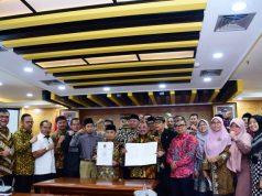 Konferensi pers dan penandatangan dokumen pembentukan Pansus oleh seluruh Anggota Fraksi PKS DPR di Ruang Rapat Fraksi PKS, Senayan, Jakarta, Rabu (15/1/2020). Foto : Azka/Man