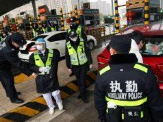 Petugas polisi melakukan pemeriksaan di stasiun tol di Xianning, sebuah kota yang berbatasan dengan Kota Wuhan di provinsi Hubei, Cina, pada 24 Januari 2020. FOTO: REUTERS via The Straits Times