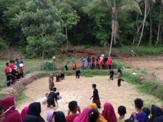 Penari dari SMPN 2 Merbau Mataram dan SDN 1 Triharjo, Lampung Selatan kolaborasi dengan Agus Bimo penari asal Solo.