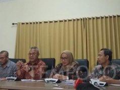 Ketua KPU Arief Budiman dan jajaran Komisioner KPU mengumumkan surat pengunduran diri Wahyu Setiawan sebagai Komisioner KPU di kantor KPU, Jumat, 10 Januari 2020. TEMPO/Dewi Nurita