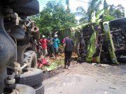 Dua dump truck terguling setelah bertabrakan di Sukabanjar, Desa Tarahan, Katibung, Lampung Selatan, Senin (20/1/2020).