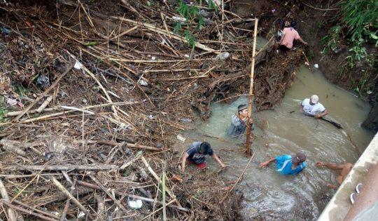 Usai Banjir, Warga Seloretno Bersihkan Sungai Bungur yang Penuh Sampah