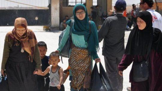 Keluarga WNI yang pernah bergabung dengan ISIS di Suriah akhirnya dipulangkan pada 2017 lalu. Foto: AFP via BBC