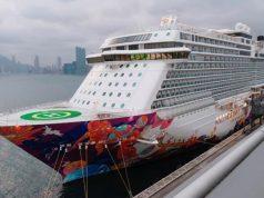 Kapal pesiar World Dream yang telah ditolak masuk di Taiwan di tengah kekhawatiran infeksi Virus Corona di Terminal Kapal Tak Kai di Hong Kong, Cina, 5 Februari 2020. REUTERS/Tyrone Siu