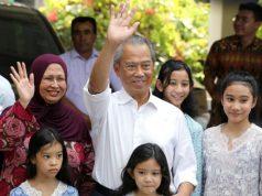 Tan Sri Muhyiddin Yassin (tengah) dan keluarganya melambaikan tangan kepada pers di luar rumahnya di Kuala Lumpur pada tanggal 29 Februari 2020. Raja Malaysia telah memilihnya sebagai perdana menteri. Foto: Reuters via Straits Times