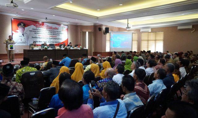 Plt Bupati Lampung Selatan, H. Nanang Ermanto saat menyampaikan arahan dalam acara silaturhami dengan tokoh adat, tokoh agama, dan seluruh elemen masyarakat di kantor bupati setempat.