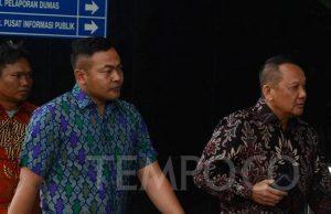 Sekretaris Mahkamah Agung, Nurhadi Abdurrachman (kanan), saat tiba di gedung Komisi Pemberantasan Korupsi (KPK), Jakarta, Selasa, 6 November 2018, untuk menjalani pemeriksaan setelah mangkir dari panggilan sebelumnya. Pemeriksaan hari ini merupakan panggilan kedua bagi Nurhadi. Sebelumnya, dia mangkir saat dijadwalkan diperiksa pada 29 Oktober 2018. TEMPO/Imam Sukamto