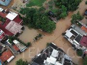 Foto udara banjir di Jalan Kartini, Bekasi, Jawa Barat, Selasa, 25 Februari 2020. Intensitas hujan tinggi di wilayah Bogor maupun Bekasi dan meluapnya aliran kali Cikeas membuat sejumlah titik di daerah bekasi terendam banjir dengan ketinggian 30 - 200 cm. TEMPO / Hilman Fathurrahman W