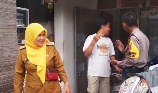 Camat Tanjungkarang Pusat, Maryamah saat mendatangi rumah Lilis yang menjadi korban pencurian.