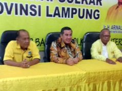 Dendi Ramadona (tengah) usai menyampaikan visi misi sebagai bakal calon kepala daerah Pesawaran di DPD Partai Golkar Lampung, Kamis (6/2/2020).