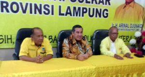 Dendi Ramadona (tengah) usai menyampaikan visi misi sebagai bakal calon kepala daerah Pesawaran di DPD Partai Golkar Lampung, Kamis (6/2/2020).