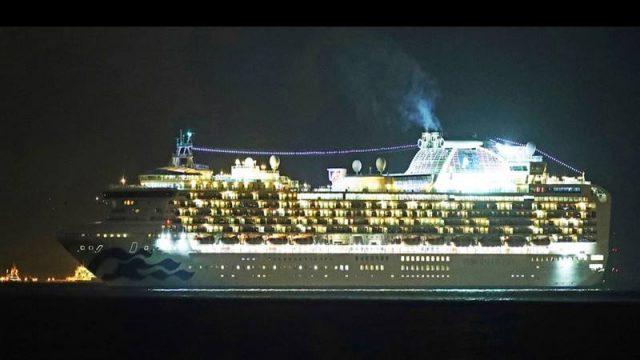 Kapal pesiar Diamond Princess di pelabuhan Yokohama pada Senin (3/2/2020). - Bloomberg