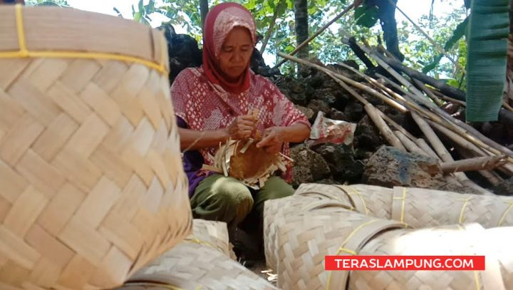 Mbah Maniyem (56) tetap bertahan selama 46 tahun menggeluti usaha sebagai perajin perabot rumah tangga dari ayaman bilah bambu, meski di tengah gempuran perabot rumah  tangga berbahan berbahan plastik, stainless ataupun lainnya.