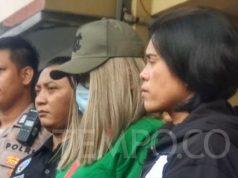 Artis Lucinta Luna menggunakan topi dan masker saat dihadirkan polisi dalam konferensi pers di Polres Metro Jakarta Barat pada Rabu, 12 Februari 2020. Sementara hasil tes urine tiga rekan Lucinta negatif narkoba. Tempo/M Yusuf Manurung