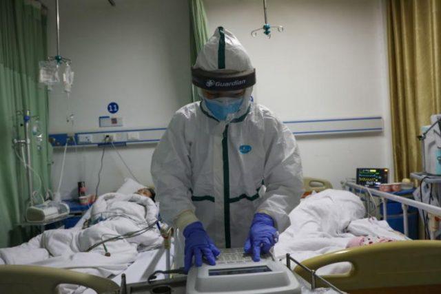 Sebuah foto yang diambil pada 6 Februari 2020 menunjukkan seorang perawat yang bekerja di bangsal isolasi untuk pasien coronavirus di sebuah rumah sakit di Wuhan, Cina. Foto: EPA-EFE via Straits Times