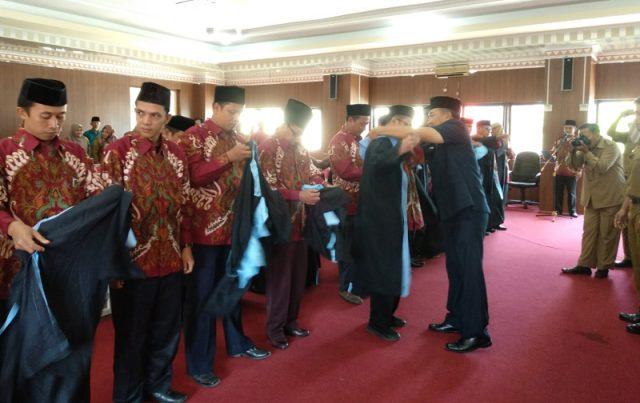 Sekretarias Kota Bandarlampung, Badri Tamam, menyematkan toga hakim secara simbolis kepada salah seorang dewan hakim MTQ Bandarlampung 2020.