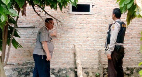 Kapolsek Sidomulyo, Iptu Eddy Iskandar bersama anggota saat mendatangi lokasi kejadian rumah pengusaha tempe korban perampokan di Dusun Purwodadi, Desa Sidomulyo, Kecamatan Sidomulyo, Lampung Selatan, Minggu (23/2/2020).