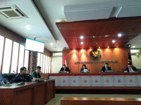 Sidang DKPP, Rabu siang (12/2/2020) memutuskan memberhentikan Esti Nur Fathonah sebagai anggota KPU Lampung. Foto: Istimewa