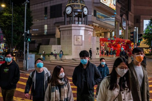 Orang-orang memakai masker saat berjalan di ruang publik di Hong Kong, Senin, 3 Februari 2020. Foto: New York Times
