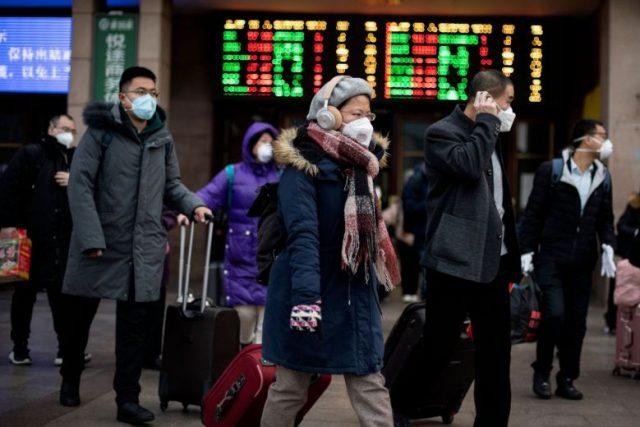 Penumpang tiba dari berbagai provinsi di Stasiun Kereta Api Beijing pada 1 Februari 2020. PHOTO: AFP