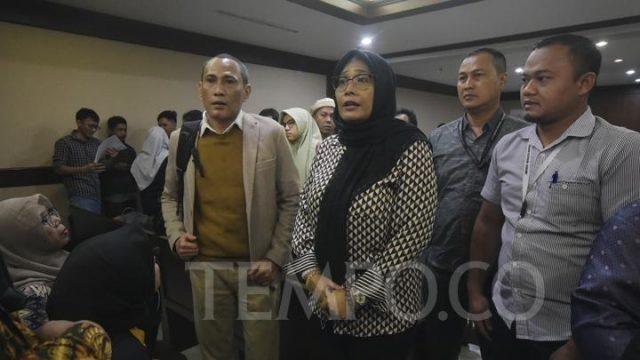 Dua terdakwa Pihak swasta, Mirawati Basri dan Elviyanto (kiri), mengikuti sidang perdana pembacaan surat dakwaan di Pengadilan Tindak Pidana Korupsi, Jakarta, Selasa, 31 Desember 2019. Mirawati Basri dan Elviyanto,didakwa oleh Jaksa Penuntut Umum Komisi Pemberantasan Korupsi menerima suap sebesar Rp. 3,5 miliar dari Direktur PT Cahaya Sakti Agro, Chandry Suanda dan pihak swasta, Zulfikar dalam tindak pidana korupsi terkait dengan pengurusan izin Impor Bawang Putih tahun 2019. TEMPO/Imam Sukamto
