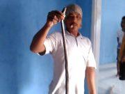 Kateni, seorang pemuda warga Desa Sidorejo, Kecamatan Sidomulyo saat memegang ular kobra diameter 7 cm panjang 1 meter lebih yang masuk ke rumah warga di Jalan Karyawan Dusun Ringin Agung II Desa Sidodadi, Kecamatan Sidomulyo, Lamsel, Sabtu (1/2/2020) siang.