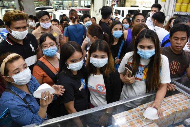 Warga Filipina antre untuk membeli masker pelindung di toko perlengkapan medis di Manila pada 31 Januari 2020. Foto: AFP