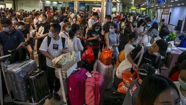 Sejumlah wisatawan asing asal China antre di konter lapor diri (check-in) Terminal Keberangkatan Bandara Hang Nadim, Batam, Kepulauan Riau, Selasa 28 Januari 2020. Agen biro perjalanan China memulangkan ratusan wisatawannya yang sedang berkunjung di Batam menyusul merebaknya wabah virus Corona, selain itu pihak Bandara Hang Nadim juga menghentikan sementara penerbangan dari China ke Batam sampai batas waktu yang belum ditentukan. ANTARA FOTO/M N Kanwa
