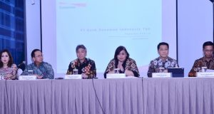 Direktur Utama Bank Danamon, Yasushi Itagaki (tengah kiri) dan Wakil Direktur Utama Bank Danamon, Michellina Triwardhany (tengah kanan) menyampaikan kinerja keuangan Bank Danamon Tahun 2019 kepada para pemegang saham dan rekan-rekan media pada acara paparan kinerja yang dilaksanakan di Gedung Bursa Efek Jakarta, Jakarta pada 9 Maret 2020. Bank Danamon membukukan laba bersih setelah pajak (NPAT) tertinggi sepanjang sejarah Bank sebesar Rp 4,07 triliun pada tahun 2019, atau tumbuh 4% dari tahun sebelumnya.