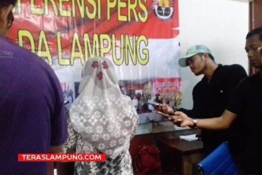 Tersangka penyebar hoax soal virus corona di Lampung, Oer (29 tahun), menjawab pertanyaan para wartawan di Mapolda Lampung, Rabu petang (11/3/2020). Foto: Teraslampung.com