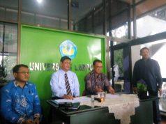 Juru bicara Rektor Unila, Dr. Nanang Trenggono (duduk kanan) menjelaskan kebijakan Universitas Lampung terkait antisipasi virus corona, di Gedung Rektorat Unila, Senin (16/3/2020).