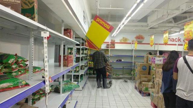 Sejumlah etalase produk seperti beras dan mie instan habis diborong warga di Hypermart Gajah Mada Plaza, Gambir, Jakarta Pusat, Senin, 2 Maret 2020. TEMPO/Lani Diana