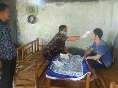 Kades Sidorejo, Tommy Yulianto (berdiri) bersama tim medis Puskesmas Rawat Inap (PRI) Sidomulya saat mendatangi dan melakukan pemeriksaan kesehatan dan suhu tubuh warga yang pulang dari luar negeri.