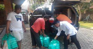Anggota DPRD Lampung dari Fraksi PKS, Antoni Imam bersama relawan di Rumah Aspirasi Desa Sidorejo, Kecamatan Sidomulyo, Lampung Selatan saat akan mendistribusikan nasi kotak untuk diberikan kepada warga secara gratis di tengah wabah virus Covid-19