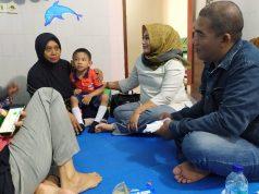 Ny.Yuti Hipni (kerudung kuning) saat menyambangi 14 anak-anak penyandang tuna wicara yang sedang dilakukan rehalibitasi medik di Klinik Tumbuh Kembang Rumah Sakit Imanuel Wayhalim, Bandar Lampung, Senin (9/3/2020).