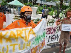 Aktivis WALHI melakukan aksi di depan Kantor Balaikota Jakarta, Kamis, 30 Januari 2020. Menurut Walhi proyek revitalisasi Monas itu bukan hal yang mendesak. TEMPO/Muhammad Hidayat