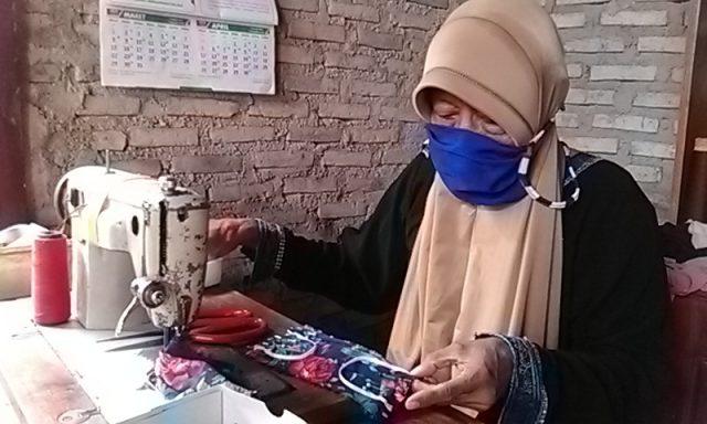 Mbah Yati (68), salah seorang penjahit rumahan di Desa Sidorejo, Kecamatan Sidomulyo, Lampung Selatan sedang membuat masker dari bahan kain.