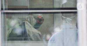 Tim medis menangani pasien dalam pengawasan (PDP) virus corona atau COVID-19 di ruang isolasi Gedung Pinere, RSUP Persahabatan, Jakarta Timur, Rabu (4/3/2020). RSUP Persahabatan tengah menangani 31 pasien dalam pemantauan dan pengawasan dari potensi terpapar virus corona. Foto: merdeka.com