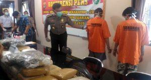 Kabid Humas Polda Lampung, Kombes Pol Zahwani Pandra Arsyad saat menghadirkan tersangka dan sejumlah barang bukti narkotika yang disita Polda Lampung dan Polres Jajaran selama digelarnya Operasi Antik Krakatau 2020.