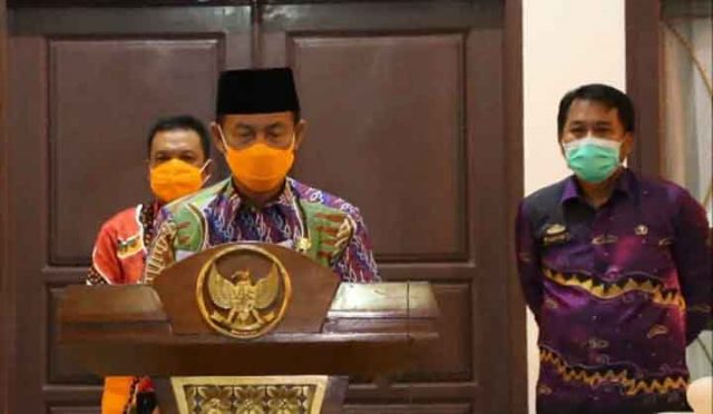 Ketua Tim Gugus Tugas Penanggulangan COVID-19 Lampung Utara, Budi Utomo, menjelaskan soal dua pasien positif Covid-19, Kamis malam (23/4/2020).