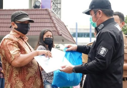 Gubernur Sumsel Serahkan Paket Sembako dan Masker