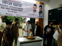 Ketua PKS Bandarlampung, Aep Saripudin, memotong tumpeng menandai peringatan milad ke-22 PKS.
