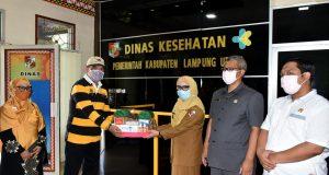 Anggota DPR RI asal PKS, Junaidi Auly bersama petinggi PKS Lampung Utara menyerahkan bantuan APD dan peralatan kesehatan lainnya kepada Dinas Kesehatan, Selasa (14/4/2020).