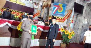 Plt Bupati Lampung Utara Budi Utomo menerima catatan Pansus DPRD dari Ketua DPRD Lampung Utara, Romli.jpg