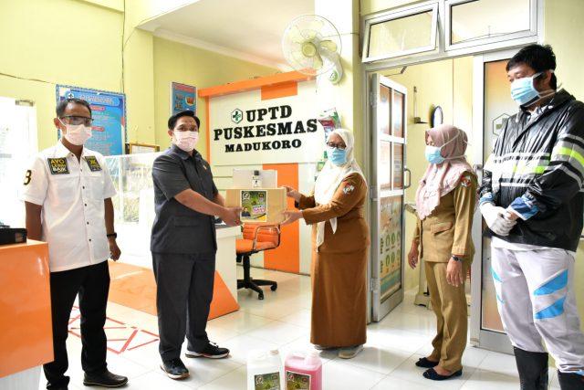 Ketua Fraksi PKS di DPRD Lampung Utara, M. Nuzul Setyawan menyerahkan bantuan APD kepada tenaga medis Puskesmas Madukoro, Selasa (21/4/2020).
