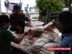 Beras bantuan Pemkot Bandarlampung segera didistribusikan dari Kecamatan Telukbetung Selatan ke kelurahan-kelurahan, Senin (20/4/2020).
