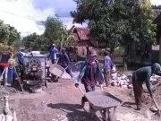 Sejumlah warga Desa Sudorejo, Kecamatan Sidomulyo tengah mengerjakan pengecoran Jalan Ahmad Yani, Dusun Yogja desa setempat.
