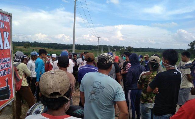 Puluhan warga Desa Purwotani, Kecamatan Jatiagung, Lampung Selatan, Jumat (3/4/2020), mengusir ekskkavator yang diduga akan dipakai menggali jenazah pasien Covid-19 di lahan Bumi Perkemahan, Kota Baru.