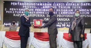Wagub Lampung Chusnunia Chalim menyerahkan dokumen LKPJ 2019 kepada Ketua DPRD Lampung Mingrum Gumay, Kamis (30/4/2020).